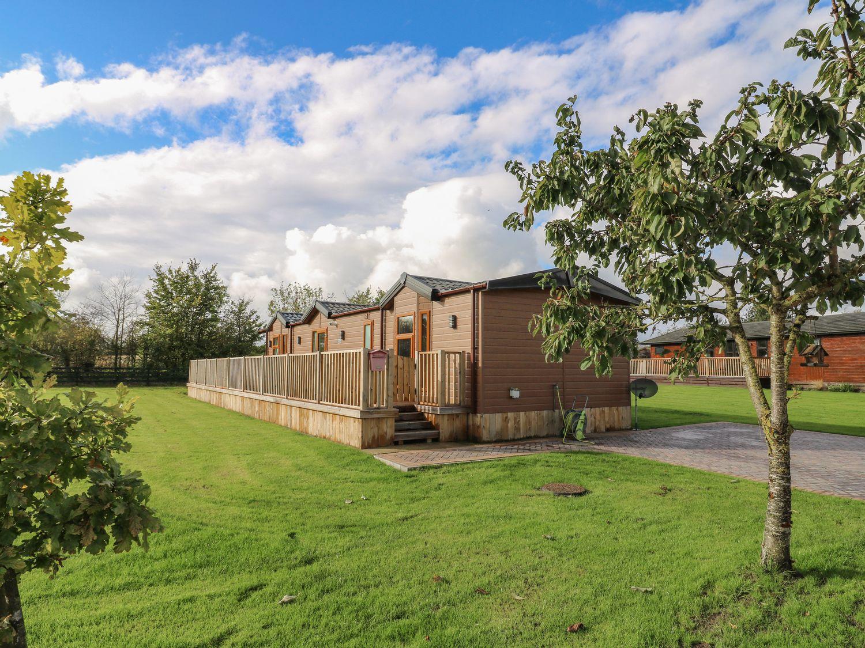 Newton on Derwant: Cosy Lodge break with Hot Tub